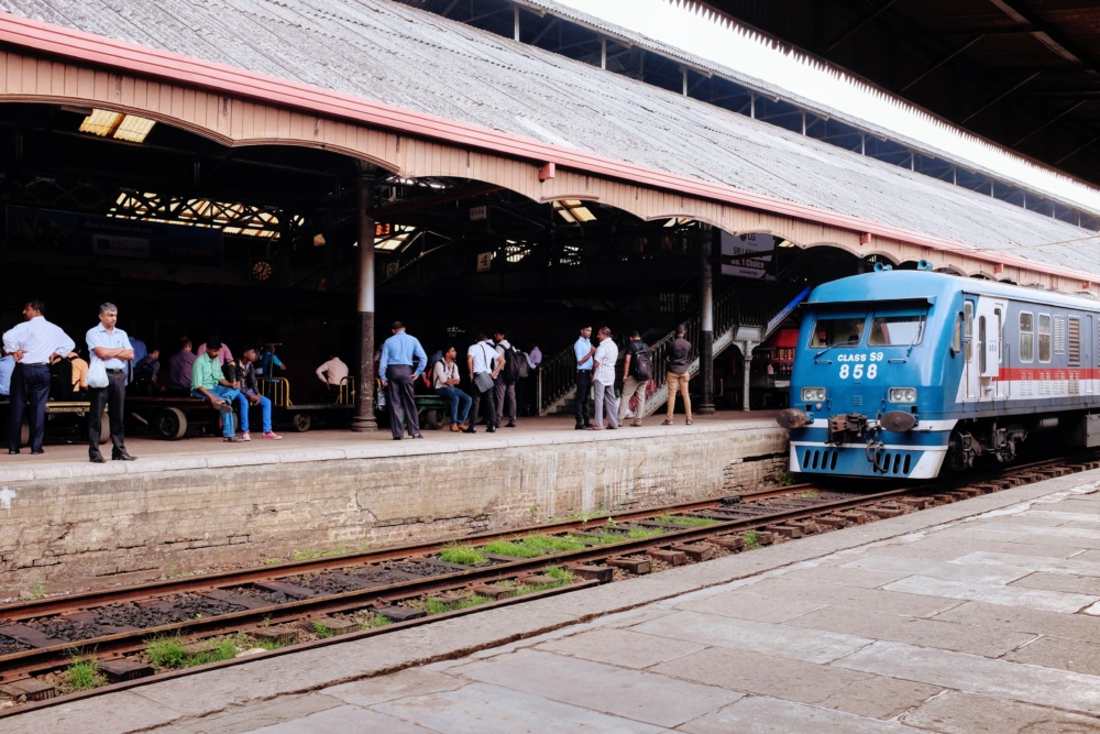 Train à quai à la gare de Colombo au Sri Lanka