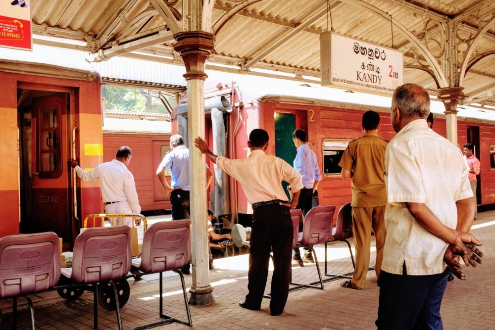 Sur le quai de la gare à Kandy