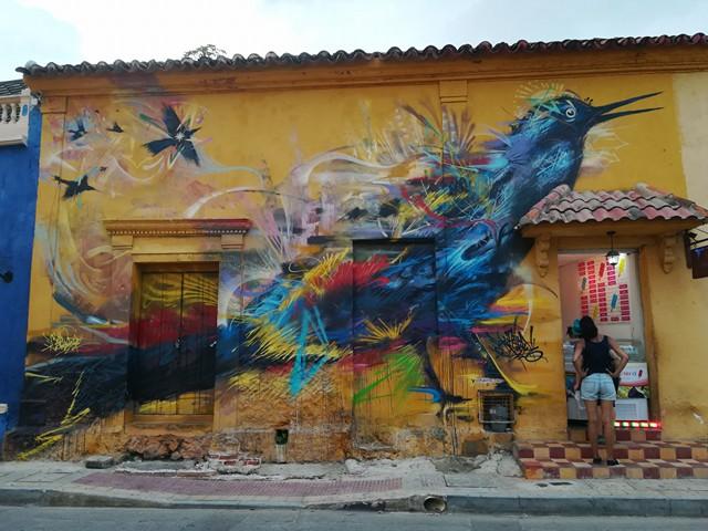 Oiseau bleu sur le mur du quartier Getsemani à Carthagène