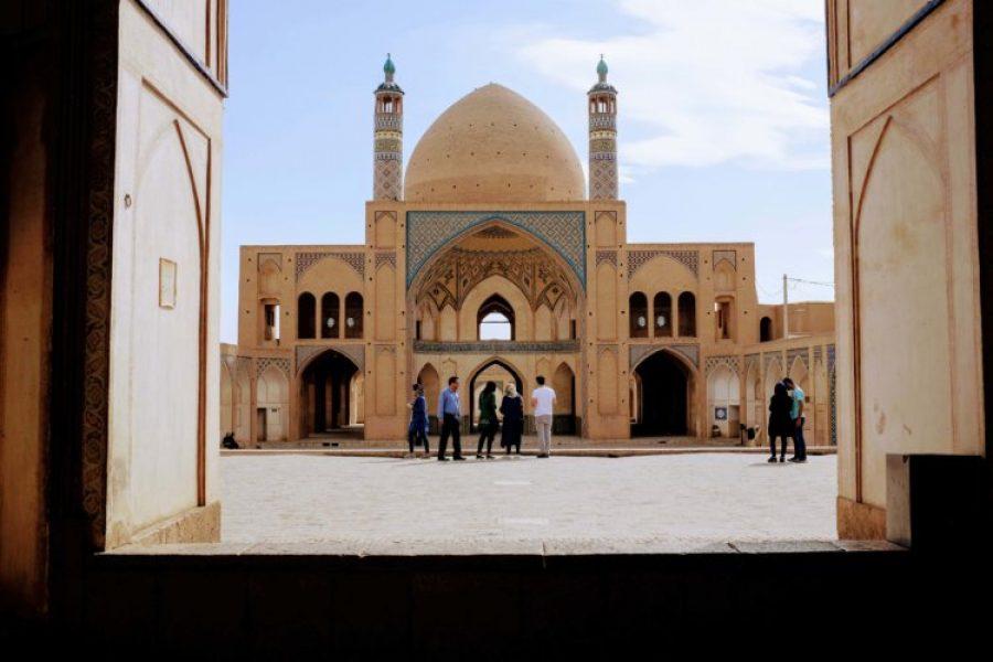 Vue de la mosquée de Kashan depuis la porte d'entrée